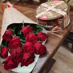 доставка подарка ко дню рождения. 11 красных роз и торт для мамы.
