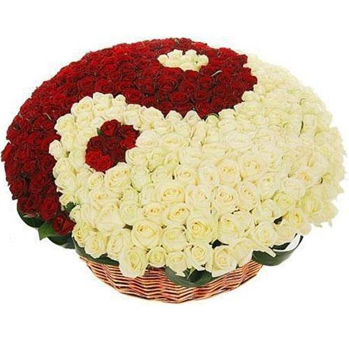 """101 роза """"Инь-Ян"""" в корзине фото букета"""
