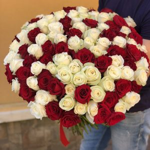 букет роз 101 бутон красного и белого цветов