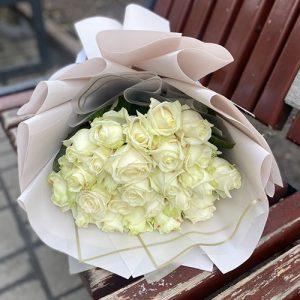 букет из 21 белой розы отлично дополнит признание в любви и верности