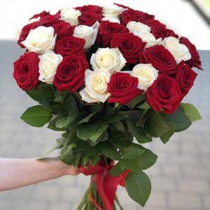 большой букет красных и белых роз на юбилей