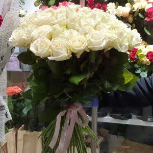 51 белая роза - как способ выразить свои самые нежные и искренние чувства.