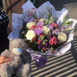 подарочек любимой девушке на день рождения - букет цветов и плюшевый мишка