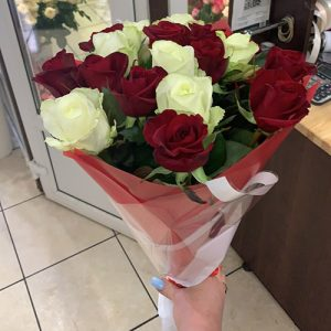 букет из 21 белой розы на первое свидание