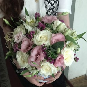 букет цветов в шляпной коробке. подарок на юбилей