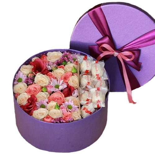 """Шляпная коробка """"Сладкие чувства"""" цветы и Raffaello"""