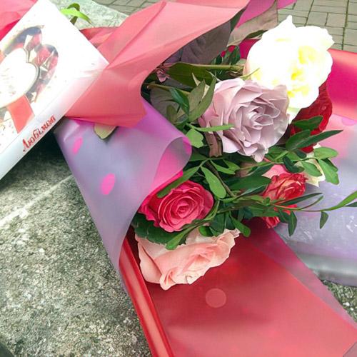 7 разноцветных роз и конфеты фото