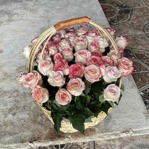 51 роза Джумилия в корзине