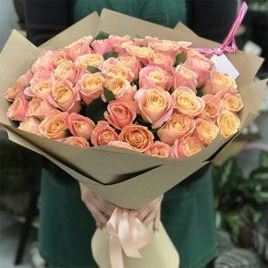 Большой букет из 51 розы кораллового цвета сорта Мисс Пигги покорит вашу избранницу