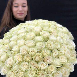 букет из 101 белой розы фото с получателем