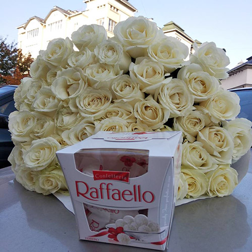 букет белых роз и коробка рафаэлло